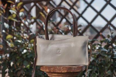 Camaleontico, eclettico e multifunzionale, gli accessori proposti da Florence Leather Market sono davvero il fiore all'occhiello che completa l'abbigliamento.