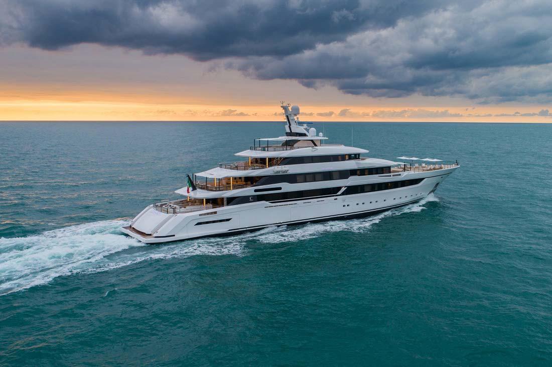 interno di uno yacht di lusso Life&People Magazine LifeandPeople.it