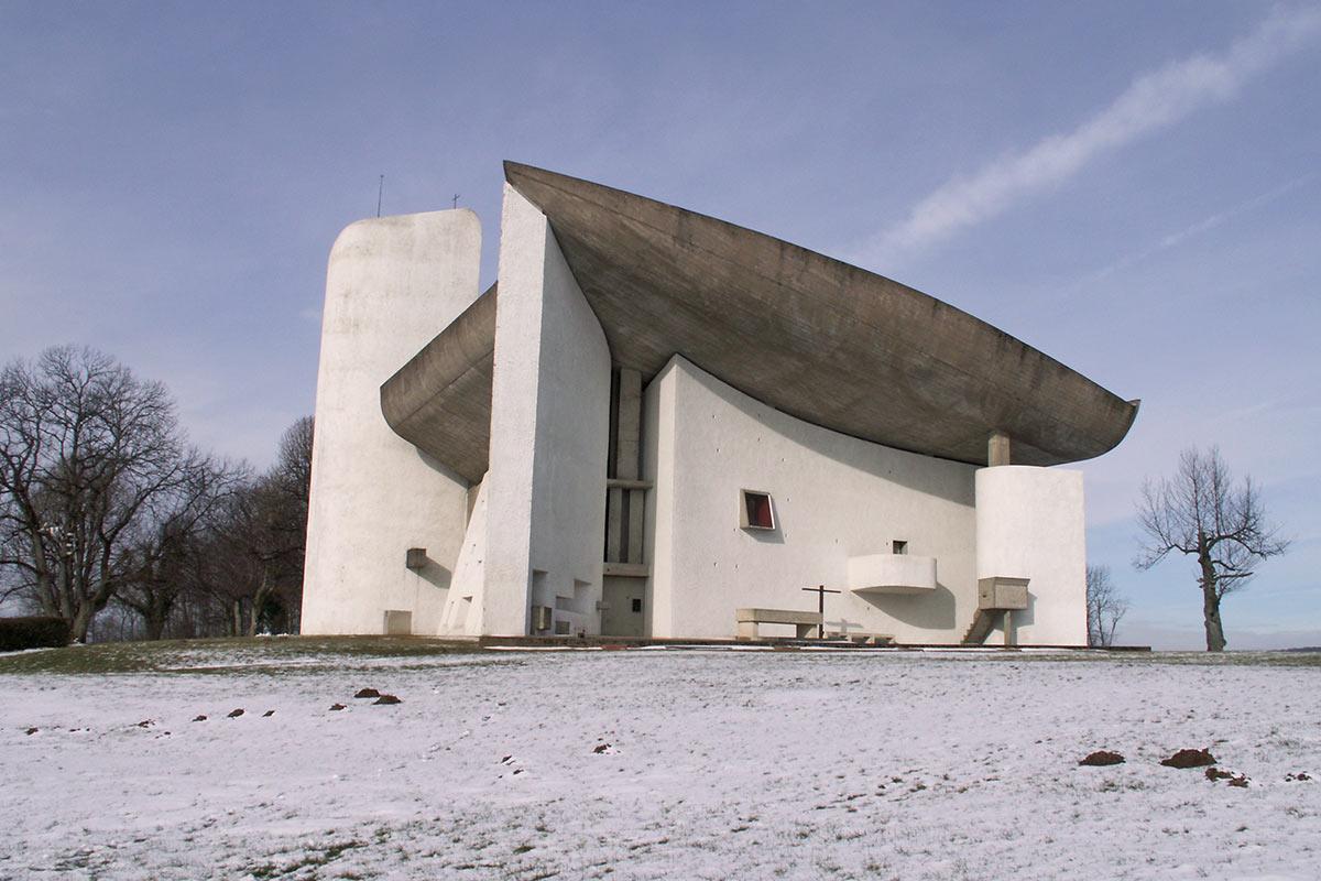 La cappella Notre-Dame du Haut a Ronchamp di Le Corbusier Life&People Magazine lifeandpeople.it