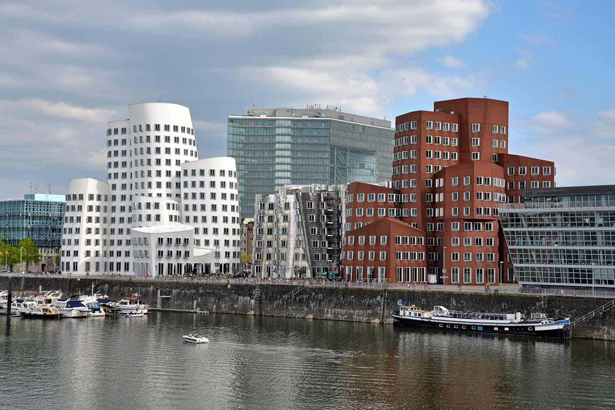 Complesso Der Neuer Zollhof di Düsseldorf - progetto di Frank Gehry Life&People Magazine lifeandpeople.it
