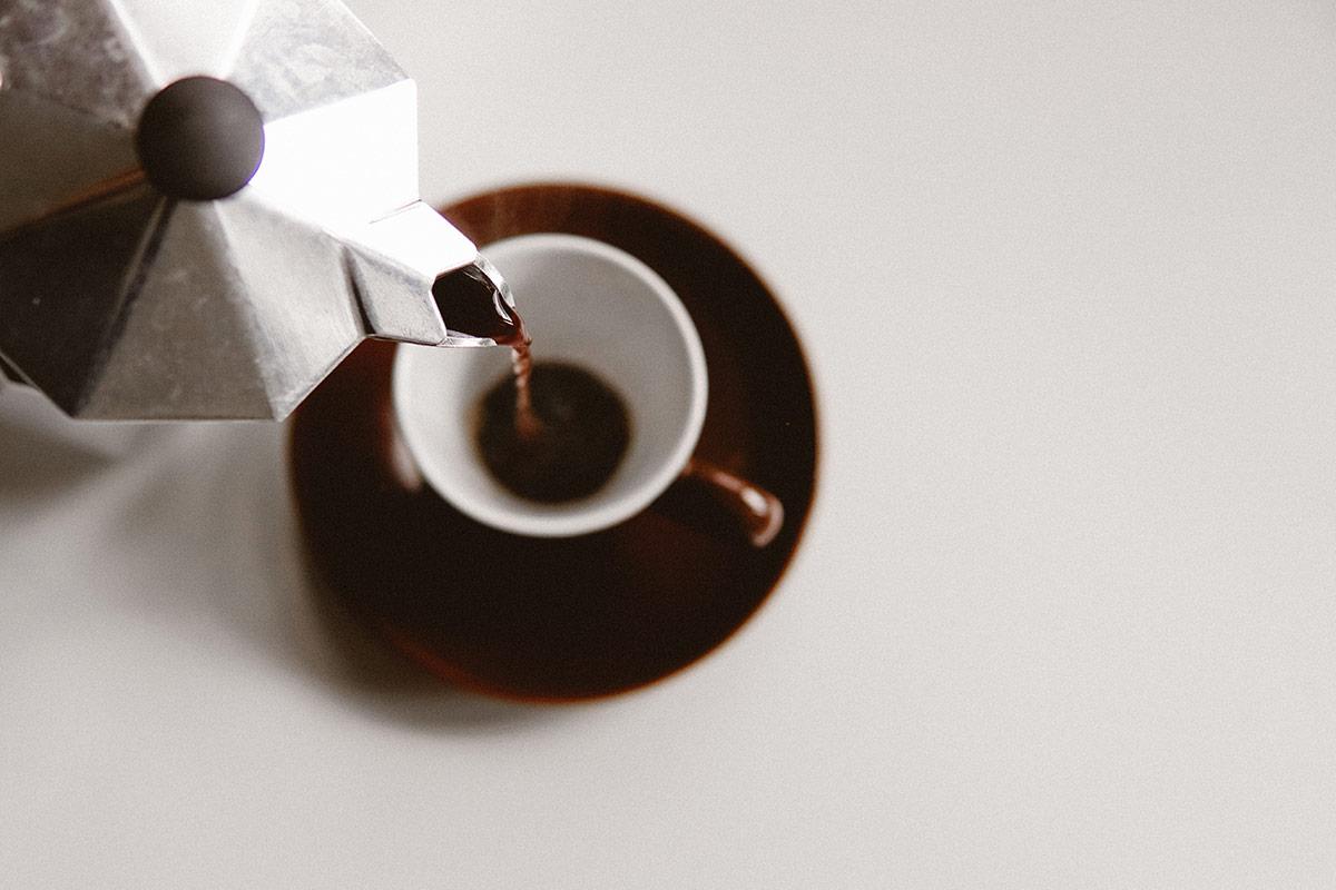 Caffè versato dalla Moka Bialetti Life&People Magazine lifeandpeople.it