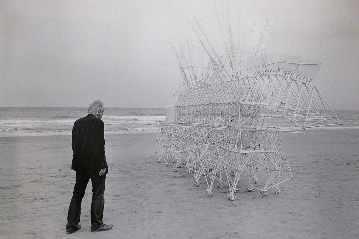 Theo Jansen e una Strandbeest in Nord America Life&People Magazine lifeandpeople.it