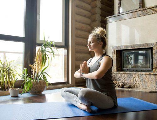 I benefici dell'allenamento e della meditazione yoga: rilassarsi a casa