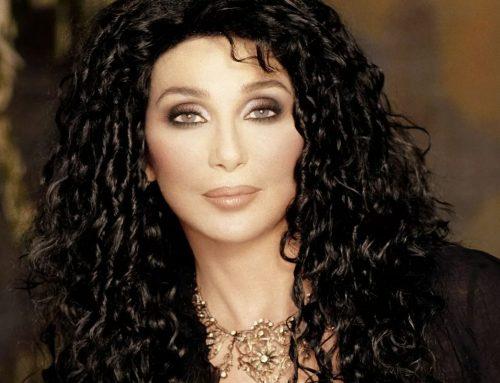 Cher festeggia il compleanno annunciando l'arrivo della sua biopic